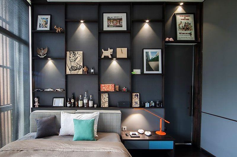 Pajangan menjadi terlihat di tengah background yang berwarna hitam dengan adanya lampu sorot yang dipasang di atasnya.