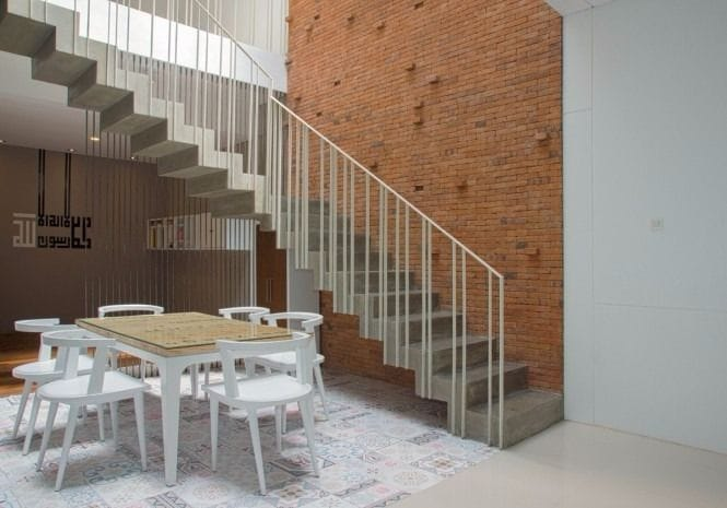 Sebelum meningkat rumah, konsultasikan terlebih dahulu pada kontraktor atau arsitek.