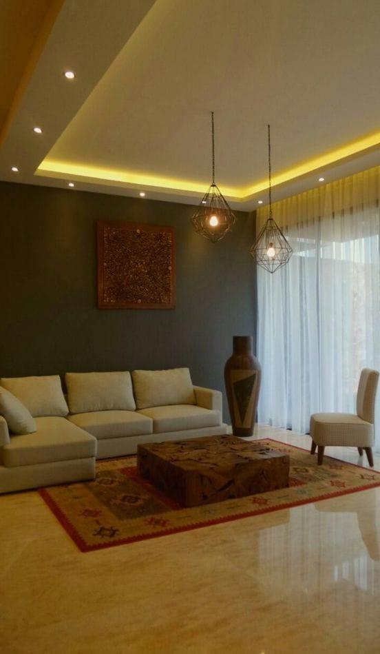 Warna merah pada karpet dipilih menyeleraskan warna pigura yang tertempel di dinding